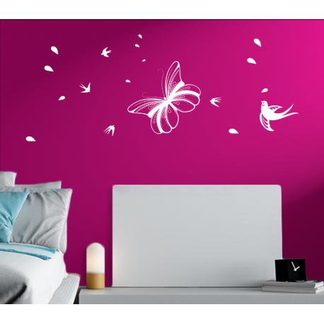 Wandtattoo Schmetterling Fliegt Mit Vogel Durch Die Luft Spielerisch